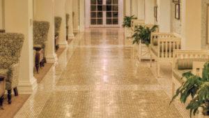 podlaha svítí