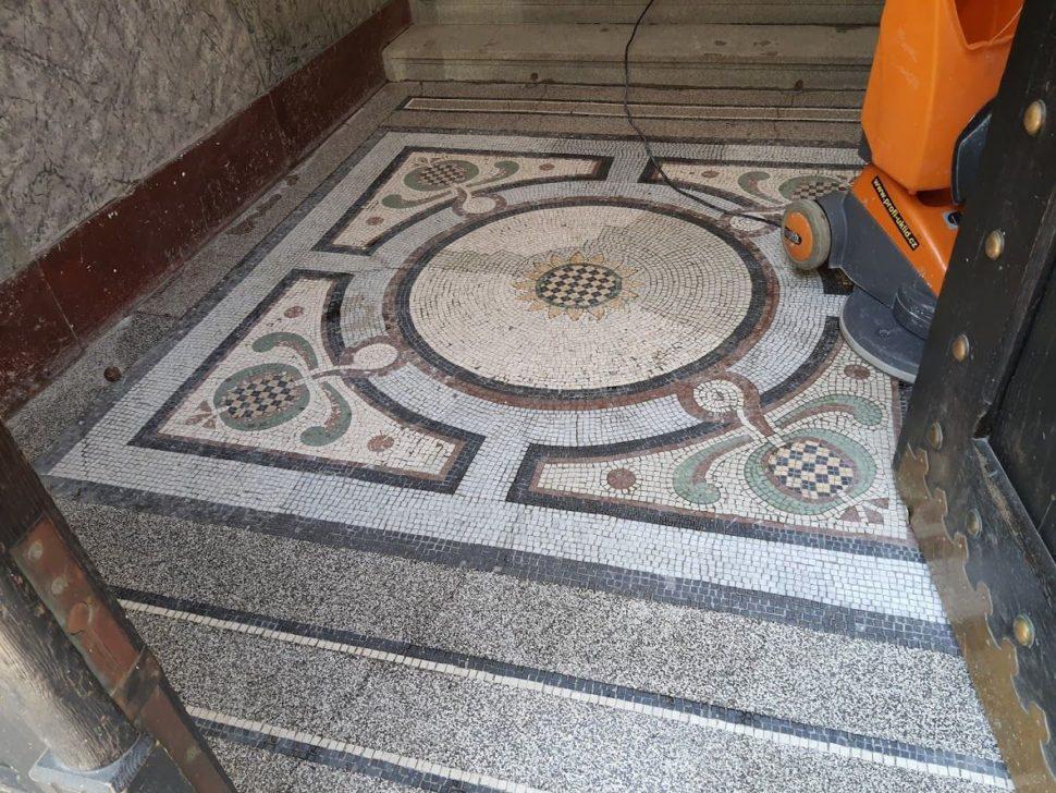 začátek čištění mozaiky