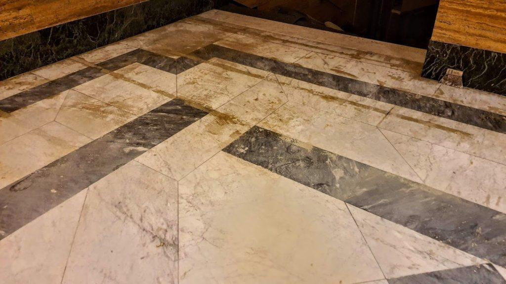 strhávání lepidla zmramorové podlaha
